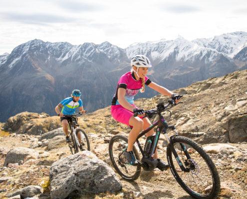 Biker am Berg mit EBikes