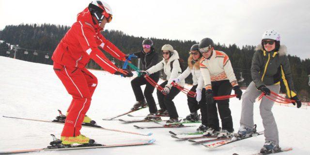 Skilehrer mit Gruppe