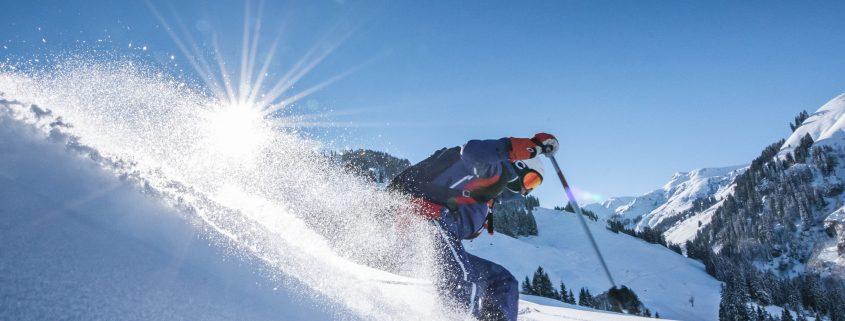 Skifahrer auf Freeride Piste