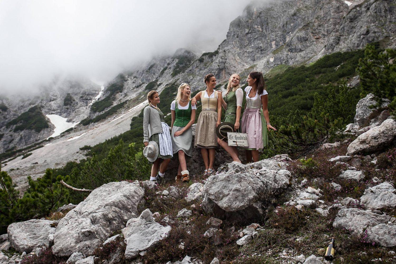 Wanderergruppe Frauen im Dirndl