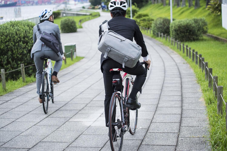 2 Radfahrer am Weg ins Büro