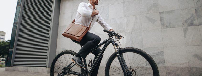 Radfahrer in Bürooutfit